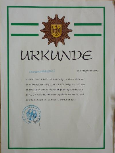 """Morceau du fameux """"Rideau de Fer"""" avec certificats d'authenticité datant de Sep. 1990. Objet chargé d' histoire......Le Rideau de Fer était la frontière qui séparait les États socialistes et les démocraties occidentales de 1946 à 1990 ."""