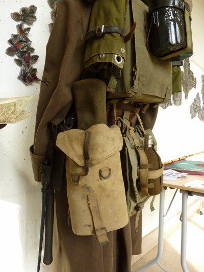 En deuxième temps, un soldat avec tout son barda qui pouvait peser de 30 à 40 Kg...........