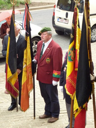 Dépôt de gerbes au monument avec trois anciens combattants de Mai ' 40 et le Maire.
