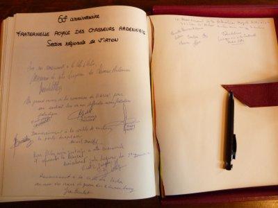 Signature du Livre d' Or de la Ville.