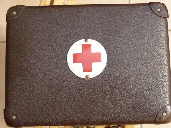 Valisette de secours (médecin ?)avec matériel d'origine 1935-40.....