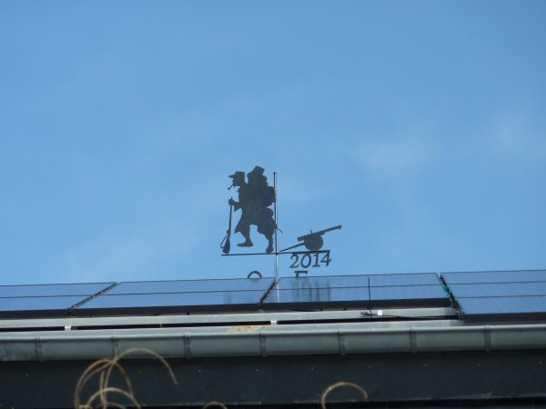 Et voilà !!!!  La girouette est instalée a la faîte du toit..............Et une deuxième fixée a la pergolas ...........