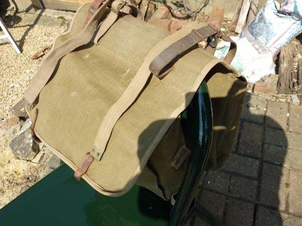 Double sac de transport, qui pour moi se plaçait sur un vélo [ estafette ].......Des lanières en web ont étées ajoutées pour consolider celles en cuir......Seul marquage A B, peut_être pour Armée Belge ??.