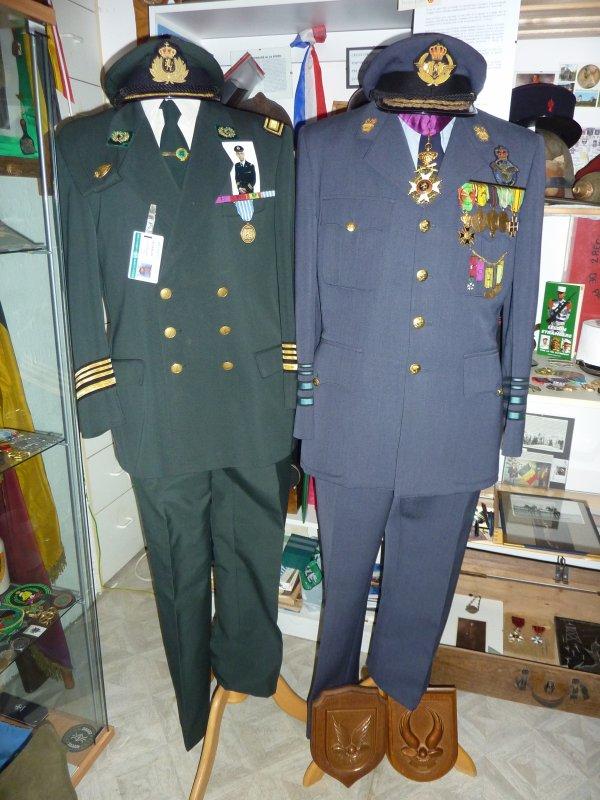 Voici une photo de deux uniformes ayant appartenus, l'un au fils (gauche) Full Colonel, et de son père, Général d'aviation. J'ai eu la casquette du Colonel ce matin......