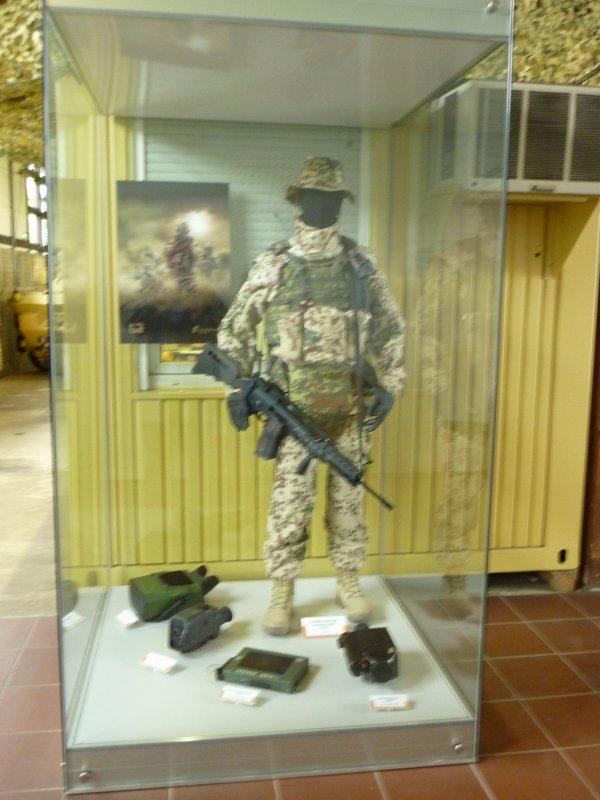 Matériels pour les missions actuelles. Chambre container, uniformes etc....