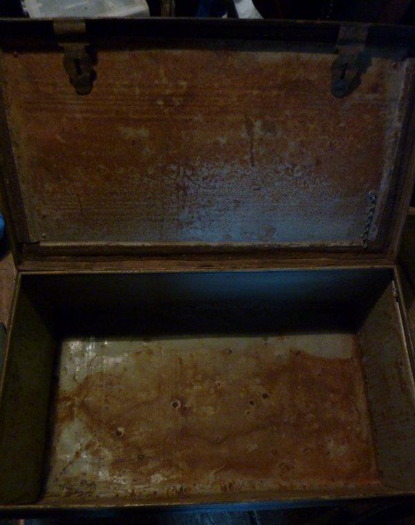 Pour ce début d'année, rentrée d'un malle en fer, mais en la nettoyant est apparu quelque chose d'historique...