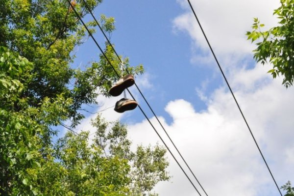 L'histoire des chaussure accrocher sur les fils électrique