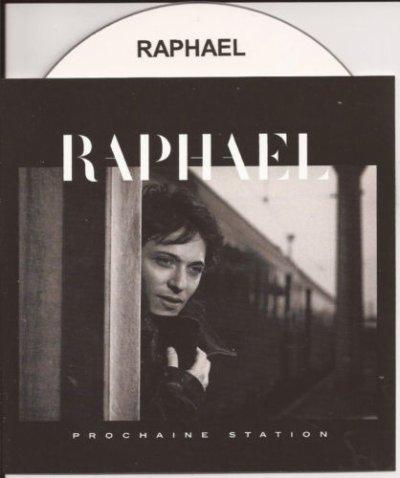 Le chanteur Raphaël craquant dans son joli imperméable !