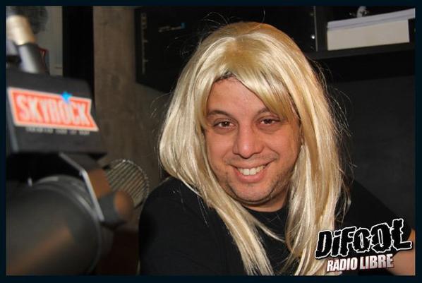 Cédric avec une perruque blonde