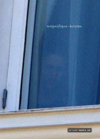 Jeudi 4 novembre Kristen et Rob quittait la Nouvelle Orléans pour le Brésil où Kristen a été aperçu à la fenêtre de son hotêl.