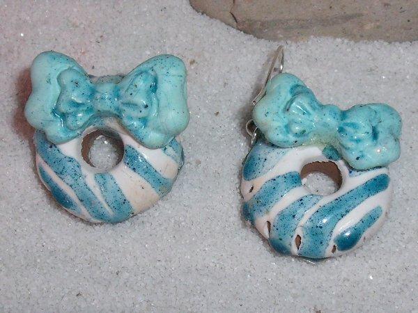 Boucles Donnuts glaçage bleu et blanc avec n½ud bleus