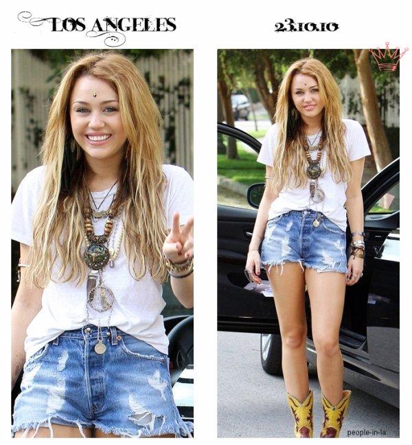"""Comme à son habitude notre Miley a mitrailler les paparazzis avec ses """"Peace"""" ... Côter tenue c'est un TOP"""