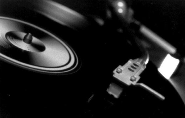 Parfois la vie ne se passe pas comme prévu,  on a souvent envie que tout redevienne comme avant mais c'est impossible. Tu crois que tu es perdue,  lâchée de tous, mais au fond de toi tu sais que ca se passera bien parce que rien ne pourrait empirer la situation. Alors tu réfléchis, tu te casses la tête .  Et un beau jour, tu reprends le dessus. Moi c'est la musique qui me  rend  l'espoir. Il faut juste arriver à changer de disques ...  Writing to reach you . Travis .        L .L
