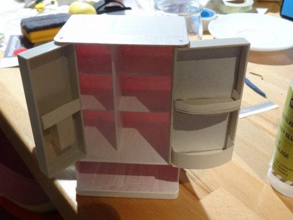 les ajouts d'étagères ^^ ben oui on va pas que le peindre notre frigo :P