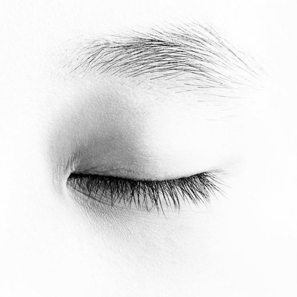 Les yeux clos.