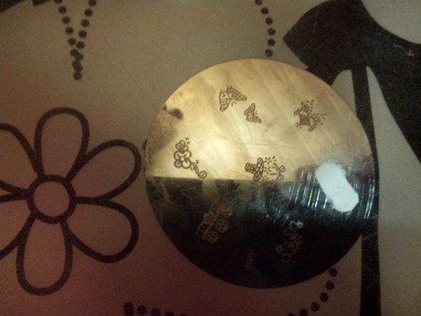 Nail Art : Stamping avec gomme,plaque et règle. :-)