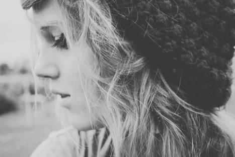 Adolescente en mal de vivre, attitré par le vide.