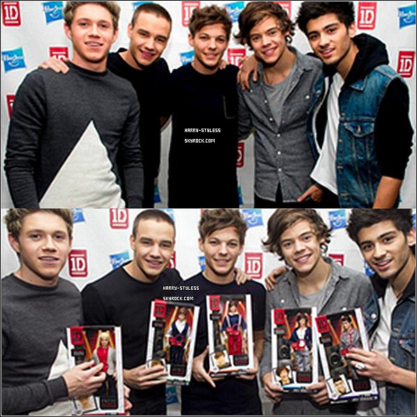 __ 27/11/12 : Les garçons ont fait la promo de leurs nouvelles Dolls lors d'un événement organisé par la marque Hasbro, a New York..
