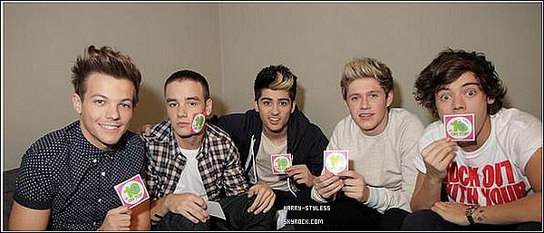 __ 10/12/12 : Les garçons ont été pris en photos arrivant à la finale de X Factor Uk..