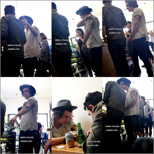 __ 16/04/14 : Harry est de retour à Los-Angeles. Deux photos de son arrivée à l'aéroport de LAX, ainsi que quelques photos prises avec des fans..