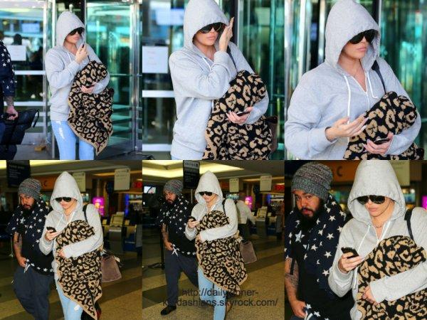 16 juin 2014: Khloé a été vue alors qu'elle arrivait à l'aéroport de New York