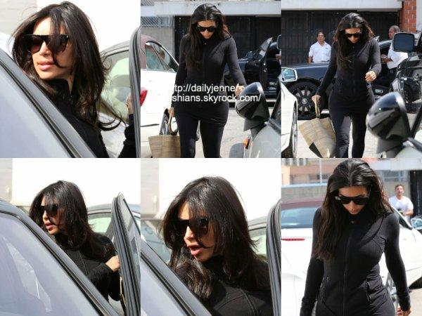 29 juillet 2014: Kim a été vue alors qu'elle quittait un salon de coiffure