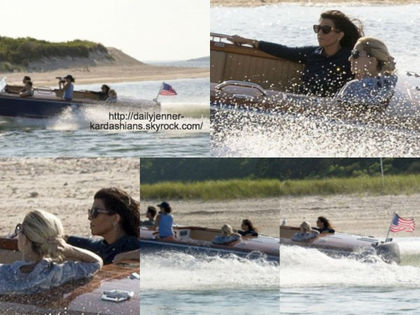 6 août 2014: Kourtney a été aperçue avec Scott et des amis sur un bateau dans les Hamptons