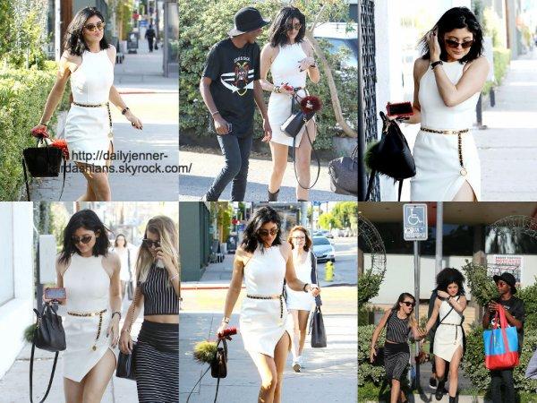 7 août 2014: Kylie a été aperçue avec son amie Sofia en train de faire du shopping au Fred Segal et au Best Buy