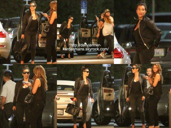 19 août 201: Kim a été vue alors qu'elle arrivait/quittait le restaurant Commons dans Calabasas