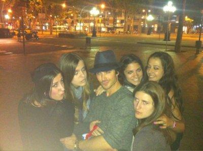 il a 9h ian a pris une photos avec ses fans