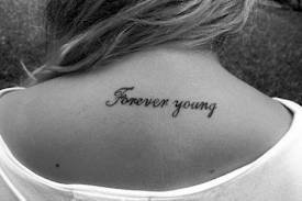 "Tatouage "" forever young "" dos"