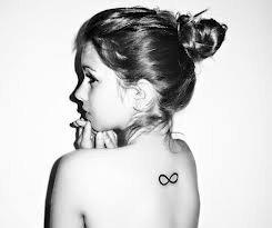Tatouage infinity dos