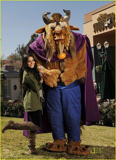 Vanessa qui a profité de prendre la pose avec la Bete ptit clin d oeil à Beastly le 13 février en Floride.Elle y était avec sa soeur Stella