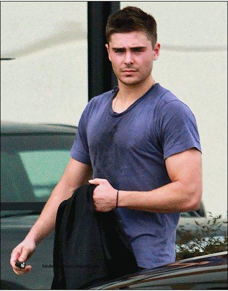 Zac sortant d un starbucks avant de se rendre à la gym ou MR EFRON semble avoir bcp travaillé........le 16 février