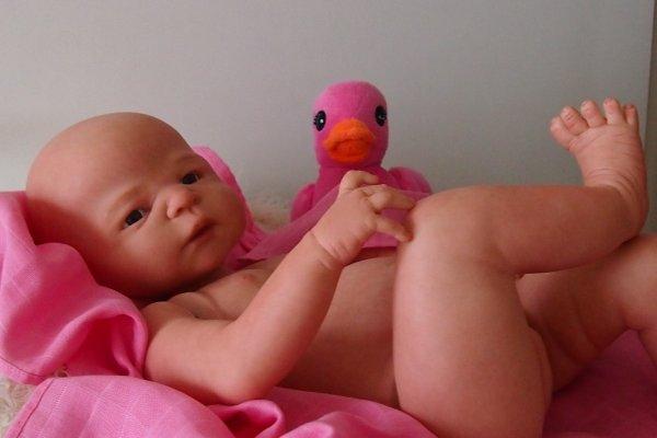 Angela, bébé en cours de création kit de Sheila Michael, corps entier