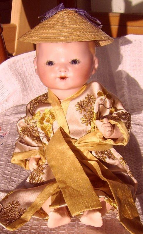 bambino s'habille de manière asiatique