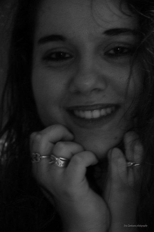 ||..Peut-être que nos blessures nous apprennent des choses, elles nous rappellent d'où on vient et ce que l'on a surmonté, elles nous apprennent ce que l'on doit éviter à l'avenir.|| Si dans ton corps L'amour est mort ne me dis pas que tu m'aime encore..non ||  ||...Certains de mes sourire cache des  larmes...||