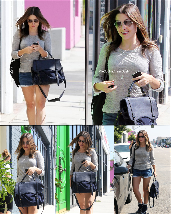 Sophia27/09 : Sophia a été vue faisant du shopping dans les rues de Los Angeles. Que pensez-vous de sa tenue ? Sophia[/c