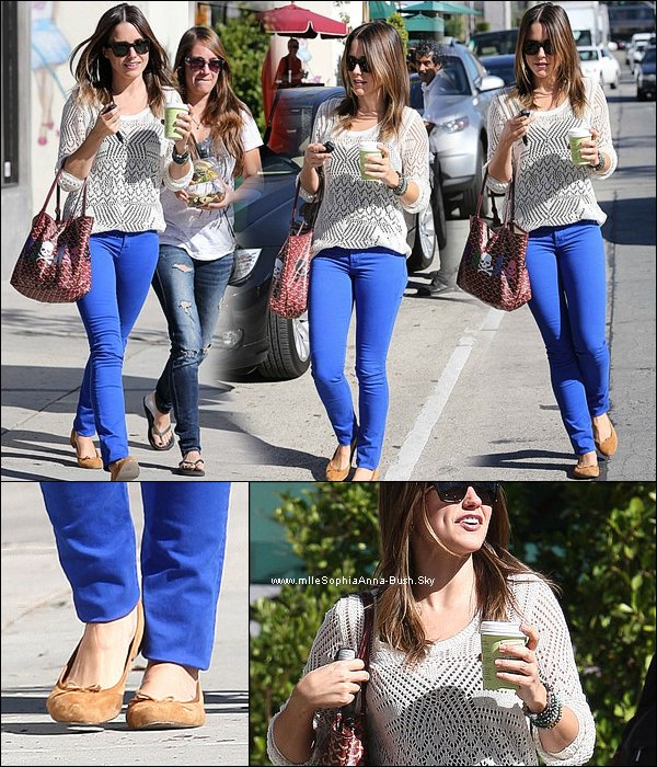 -Sophia a été aperçue sortant du Urth cafe avec une amie à Los Angeles. -