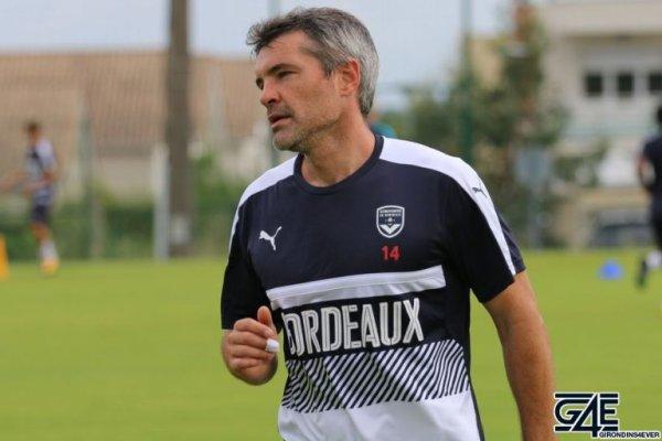 Jocelyn Gourvennec va discuter avec Jérémy Toulalan de son changement de poste pendant le stage