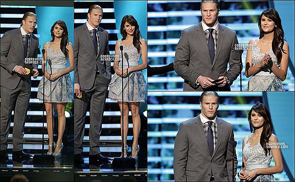 """02/02/13 - Nina était à la 2éme édition annuelle du NFL Honors au théâtre """"Mahalia Jackson"""" La cérémonie permet de récompenser les meilleurs joueurs de foot. Ici, Luke Kuechly gagne le titre du meilleur défenseur de l'année."""