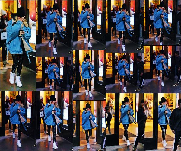 ''•-12/02/19-' : Hailey Baldwin a été photographiée alors qu'elle quittait un magasin dans les rues à New-York. La belle mannequin H. est sortie du magasin en se cachant des flash des paparazzis. Concernant sa tenue, c'est un jolie top pour ma part.