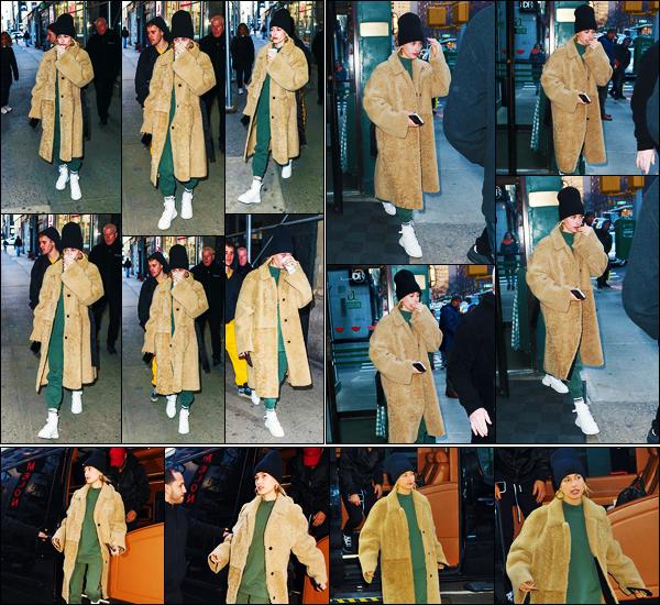 ''•-17/02/19-' : Hailey Baldwin a été photographiée alors qu'elle quittait un immeuble de thérapie, à New-York. La mannequin a été photographiée alors qu'elle quittait le restaurant « J.G Melon » puis dans les rues dans New-York. Sa tenue est un top