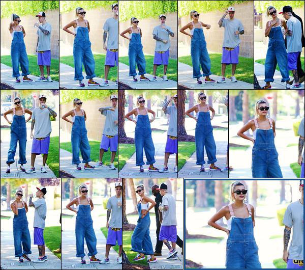 ''•-04/08/19-' : Hailey Baldwin a été photographiée alors qu'elle se promenait dans les rues dans Beverly Hills. La belle mannequin Hailey Baldwin était en compagnie de son mari, Justin Bieber. Concernant sa tenue, c'est un très beau top de ma part.