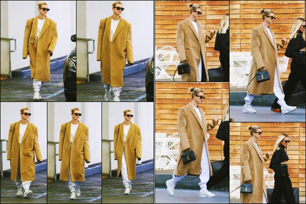 ''•-10/12/19-' : Hailey Baldwin a été photographiée alors qu'elle quittait un immeuble, étant dans Beverly Hills. La belle mannequin H. a ensuite été photographiée alors qu'elle se promenait dans Beverly Hills ! Concernant sa tenue, c'est un beau top !