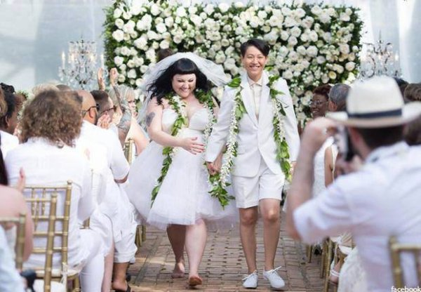 """La chanteuse de """"Gossip"""" alias Beth Ditto a épousé sa chérie, Kristin à Hawai."""
