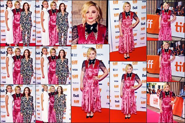 -06/09/2018- ─ Chloë Moretz était présente à l'avant-première du film « Greta » lors du festival de Toronto dans Toronto.La belle blondinette C. est donc désormais au Canada pour le « Toronto International Film Festival » qui a lieu. Concernant sa tenue, c'est un flop de moi.