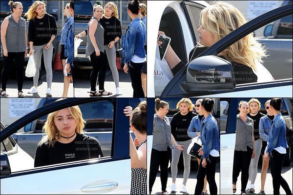 22/09/2016 : Blondie a été photographiée en train de discuter avec des amies, dans les rues de Beverly Hills.  Plus tôt, l'actrice a été se faire faire une manucure. Concernant la tenue, rien de plus simple qu'un legging et un pull... Un petit top ! Avis ?