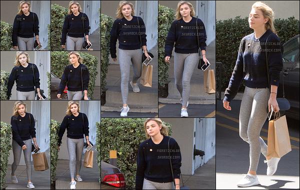 28/09/2016 : Chloë Moretz a été photographiée à la sortie du cabinet du dentiste, dans les rues de Tarzana. Encore un pull et un legging, la tenue préférée de notre actrice. Au moins elle est à l'aise dedans, mais on aimerait voir un peu autre chose.