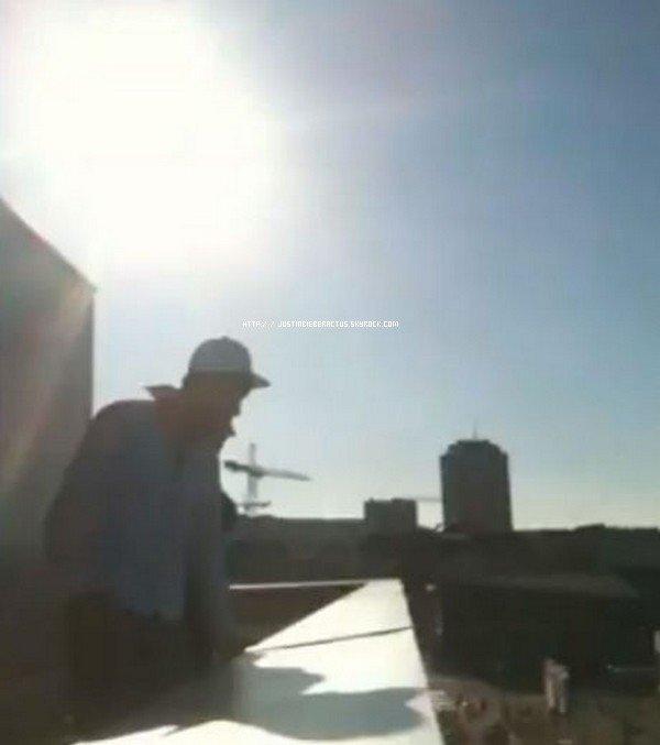 """. Un faux Justin Bieber crée l'hystérie ! . Ce week-end à Zurich qu'un jeune homme et ses amis ont eu l'idée saugrenue, mais plutôt drôle, de tester les fans de Justin Bieber. En effet, alors que ces derniers attendaient au pied de l'hôtel qu'occupait la star, le blagueur, qui résidait dans le même établissement, a décidé de se """"déguiser"""" en Justin Bieber et de saluer les fans depuis le toit du bâtiment ! . Le résultat a surpassé les espérances des imposteurs : vêtu d'une chemise, d'un jean et d'une casquette, le faux Bieber s'est avancé vers le bord du toit et a commencé à saluer la foule amassée au bas de l'hôtel. La ressemblance a dû être frappante depuis le sol, car les cris hystériques se sont élevés aussitôt, à l'hilarité générale du groupe de farceurs. . Ravis de leur petite plaisanterie, ils ont publié la vidéo sur YouTube et ont déjà dépassé les 100 000 vues. . Article rédigé par zigonet et posté par Manon."""